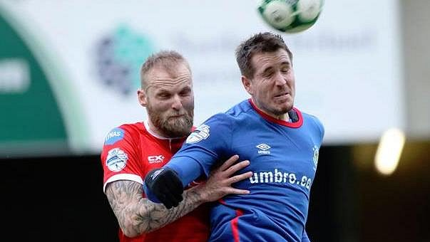 Český fotbalový útočník Marek Červenka (vpředu) při utkání nejvyšší fotbalové soutěže v Severním Irsku proti Coleraine.