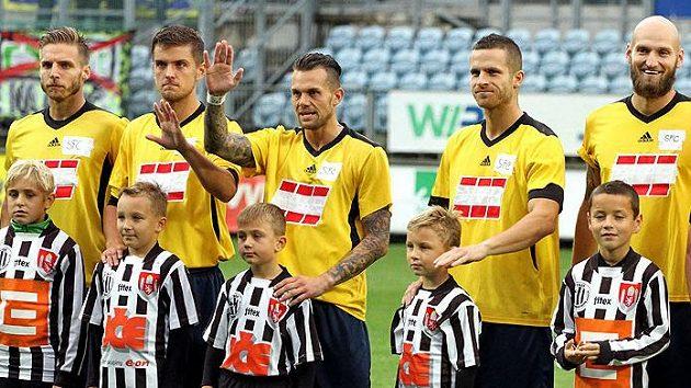 Fotbalisté Opavy museli pro Českým Budějovicím nastoupit ve vypůjčených dresech, název klubu si dopsali fixou na kus náplasti.