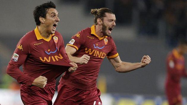Fotbalisté AS Řím Nicolas Burdisso (vlevo) a Federico Balzaretti oslavují vstřelenou branku v utkání s AC Milán.