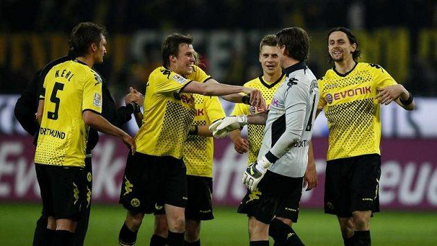 Fotbalisté Borussie Dortmund se radují z vítězství nad Bayernem Mnichov.