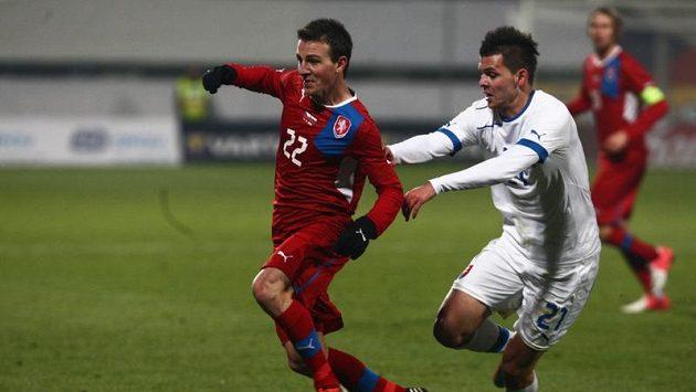 Vladimíra Daridu stíhá v mezistátním utkání jeho slovenský parťák z Plzně Michal Ďuriš.