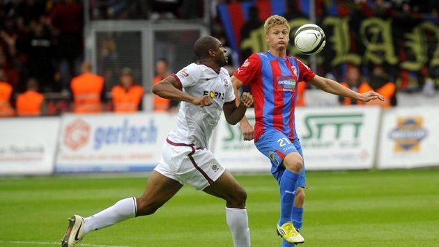 Václav Procházka z Plzně (vpravo) bojuje o míč s Leonardem Kweukem ze Sparty.