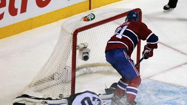 Lars Eller z Montrealu úspěšně zakončuje svou parádičku při samostatném nájezdu na gólmana Winnipegu Chrise Masona.