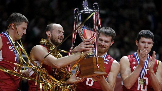 Ruští volejbalisté s trofejí pro mistry Evropy.