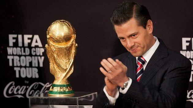 Mexický prezident Enrique Pena Nieto s trofejí pro světové fotbalové šampióny v jeho zemi u příležitosti prezentace MS v Brazílii.