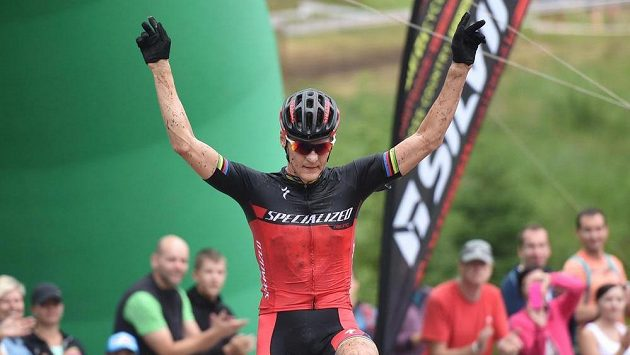 Vítěz Jaroslav Kulhavý se raduje z vítězství na mistrovství České republiky v cross country.