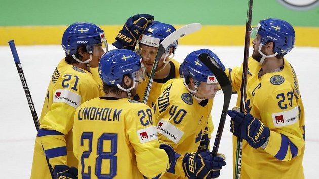 Švédové oslavují úvodní gól v duelu s Lotyšskem.