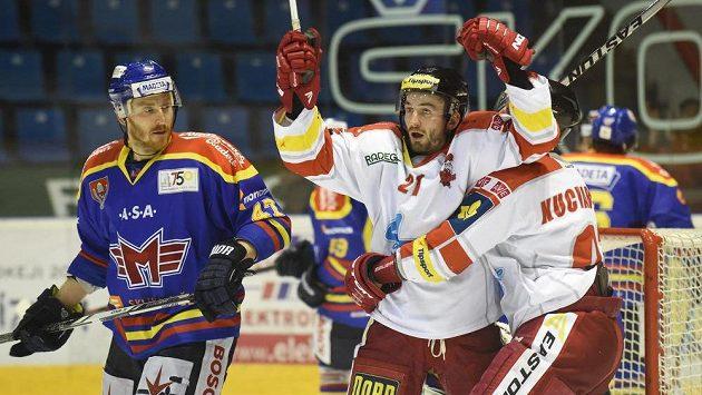 Jiří Řípa (uprostřed) a Radim Kucharczyk z Olomouce se radují z gólu. Vlevo je sleduje Petr Punčochář z Českých Budějovic.