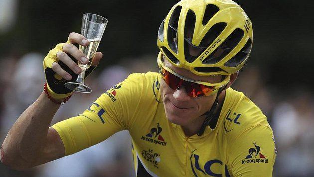 Obligátní sklenka šampaňského pro vítěze na trase závěrečné 21. etapy Tour de France.