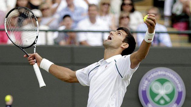 Obhájce titulu Novak Djokovič zvládl ve Wimbledonu i těžkou osmifinálovou zkoušku.