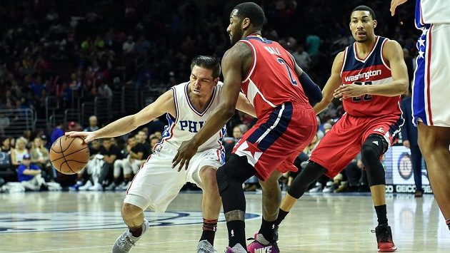 TJ McConnell je bráněn Johne Wallem během třetí čtvrtiny utkání NBA mezi Philadelphií a Washingtonem