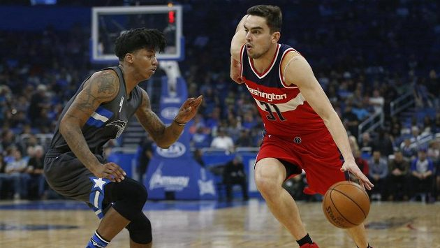 Tomáš Satoranský (31) z Washingtonu obíhá Elfrida Paytona (4) z Orlanda v zápase NBA.