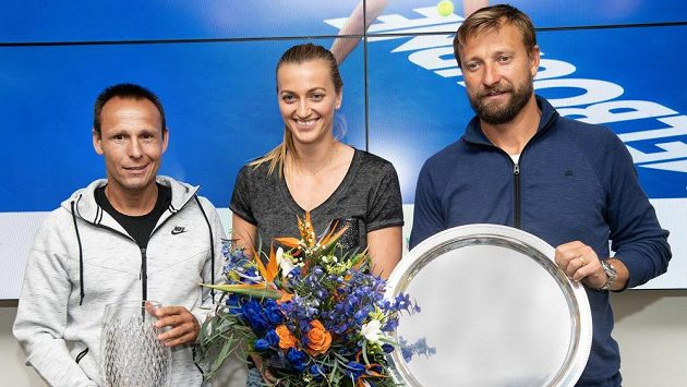 Tenistka Petra Kvitová a trenér Jiří Vaněk (vpravo) tvoří pár. Na fotografii z roku 2019. Vlevo je kondiční kouč David Vydra.