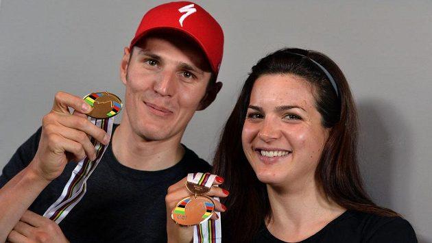 Zlatý Jaroslav Kulhavý s Terezou Huříkovou, která na maratónském MS skončila třetí.