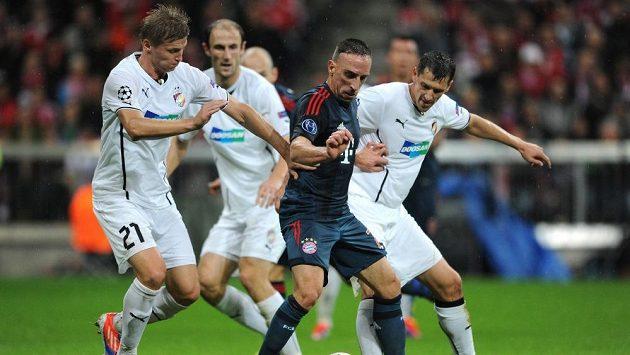 Franck Ribéry z Bayernu (uprostřed), Václav Procházka a Marián Čišovský z Plzně během utkání základní skupiny Ligy mistrů.