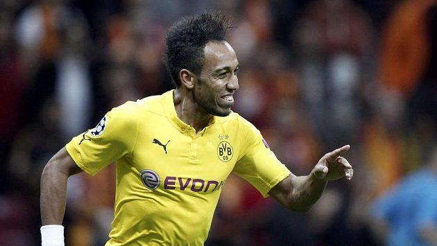 Pierre-Emerick Aubameyang z Dortmundu při vítězném zápase v LM s Galatasarayem jásá po jedné ze vstřelených branek.