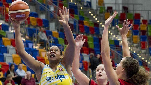 Basketbalistka USK Kia Vaughnová (vlevo) v zápase proti Nymburku.
