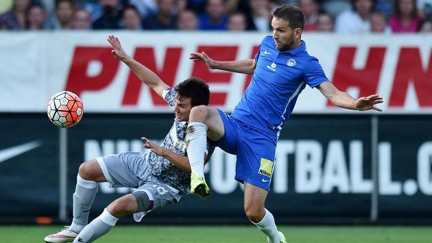 Liberecký Marek Bakoš (vpravo) bojuje o míč s Mijem Caktašem z Hajduku Split.
