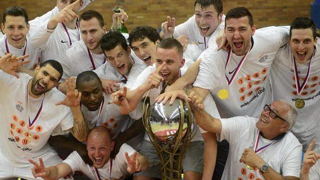 Radost nymburských basketbalistů s pohárem pro mistry.