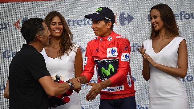 Kolumbijec Nairo Quintana (v červeném), jemuž po jedné z etap Vuelty gratuluje španělská legenda Miguel Indurain.