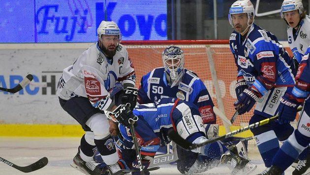 Milan Gulaš z Plzně, brankář Brna Karel Vejmelka, jeho spoluhráč Tomáš Plekanec a Matyáš Kantner z Plzně v akci během utkání hokejové extraligy.