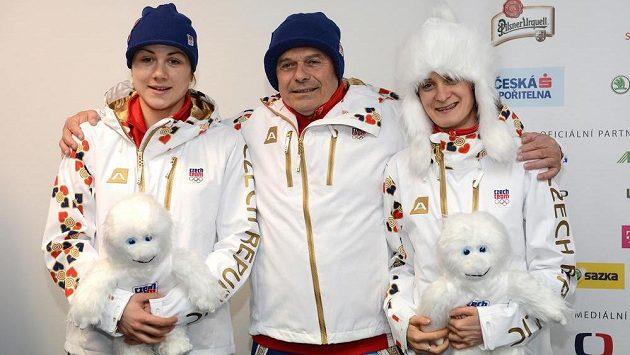 Rychlobruslařky Karolína Erbanová (vlevo), Martina Sáblíková a trenér Petr Novák v oficiálním oblečení pro ZOH v Soči.