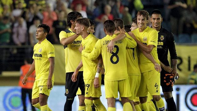 Fotbalisté Villarrealu se radují po vítězství nad Atlétikem.