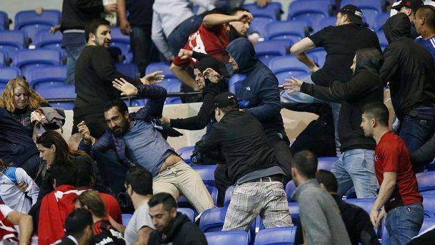 Rvačka mezi fanoušky Besiktase a Lyonu před utkáním Evropské ligy - ilustrační foto.