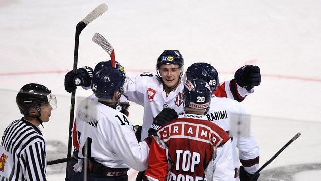 Jakub Vrána (uprostřed) oslavuje se spoluhráči vedoucí gól Linköpingu v osmifinále LM se Spartou.