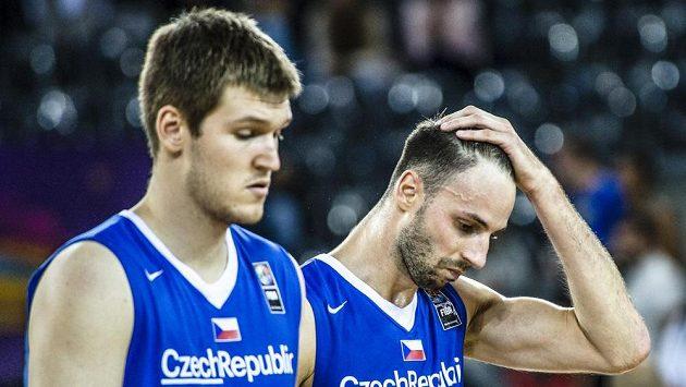 Zklamaní čeští basketbalisté (zleva) Martin Peterka a Vojtěch Hruban.
