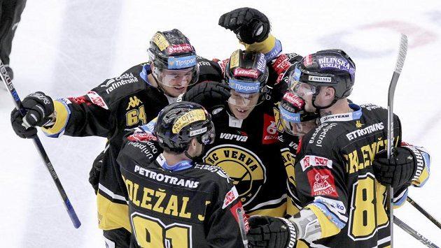 Hokejisté Litvínova se radují z gólu proti Třinci.