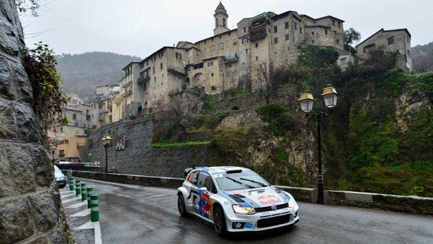 Sébastien Ogier s Volkswagenem Polo WRC na trati Rallye Monte Carlo.
