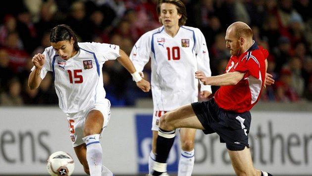 Nor Erik Hagen (vpravo) si v kvalifikaci o MS 2006 zahrál i proti českým fotbalistům Tomáši Rosickému a Milanu Barošovi (15).