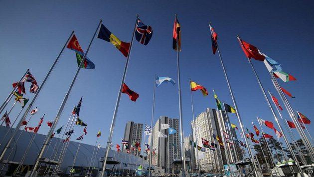 Vlajky v olympijské vesnici.