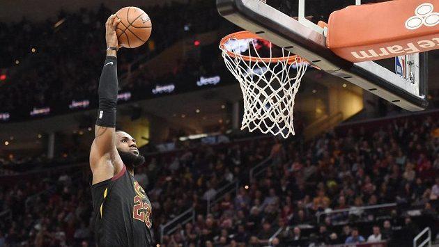 Basketbalista Clevelandu Cavaliers LeBron James (23) smečuje v utkání s Washingtonem.