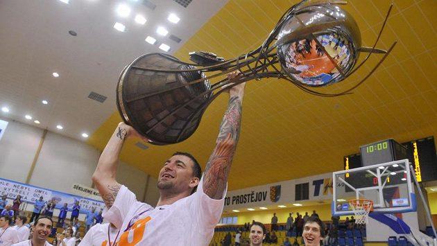 Radoslav Rančík z Nymburka se raduje s pohárem pro ligového vítěze.