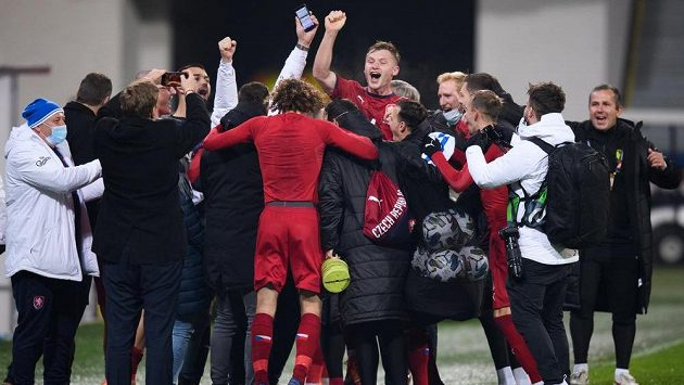Fotbalisté české reprezentace oslavují vítězství nad Slovenskem a postup do skupiny A.