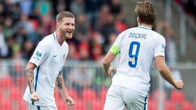 Ondřej Mazuch ze Sparty (vlevo) oslavuje s Bořkem Dočkalem svůj gól proti Brnu.