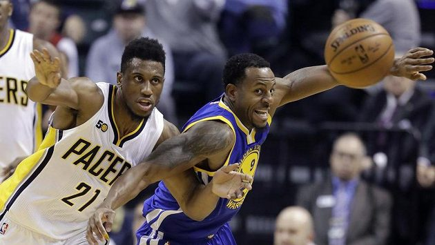 Basketbalista Indiany Pacers Thaddeus Young (21) a Andre Iguodala z Golden State Warriors.