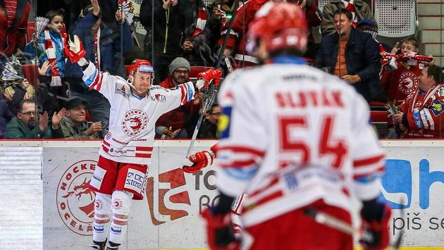 Třinečtí hokejisté oslavují gól - ilustrační foto.