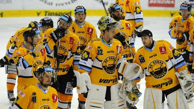 Zklamaní litvínovští hokejisté poté, co doma podlehli Pardubicím 1:2.
