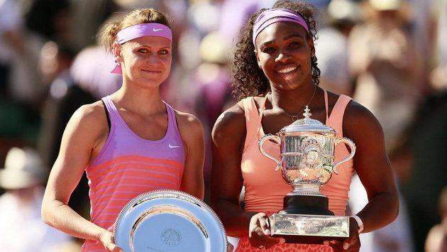 Poražená finalistka Roland Garros Lucie Šafářová a vítězka Serena Williamsová.