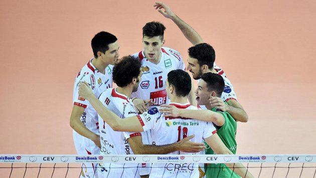 Hráči Civitanovy se radují z vyhraného druhého setu při prvním vzájemném utkání v Liberci.