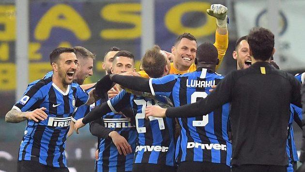 Fotbalisté Interu Milán se radují z vítězství nad městským rivalem AC.