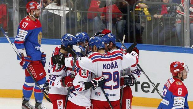 Čeští hokejisté se radují ze vstřeleného gólu v zápase Channel One Cupu proti domácímu Rusku.