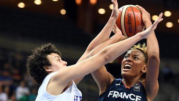 Zleva Artemis Spanouová z Řecka a Diandra Tchatchouangová z Francie v semifinále MS basketbalistek.