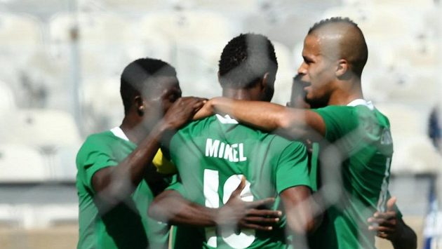 Fotbalisté Nigérie se radují z gólu proti Hondurasu.