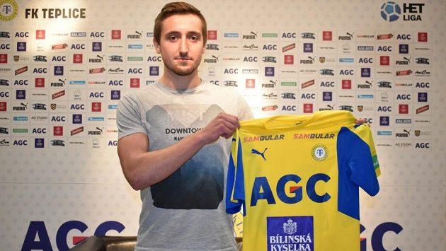 Jiří Shejbal pózuje s dresem.