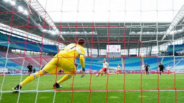 Emil Forsberg střílí z penalty druhý gól Lipska v bundesligovém utkání se Stuttgartem.