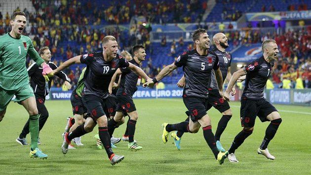 Albánští fotbalisté slaví historickou výhru na ME.